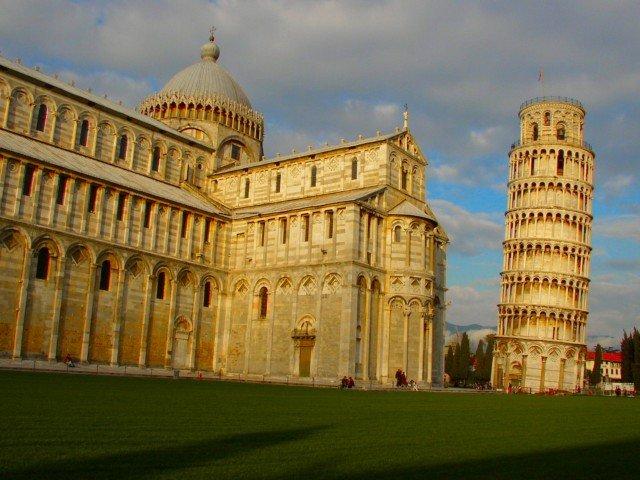イタリア 夕方の斜塔とドゥオーモ ト